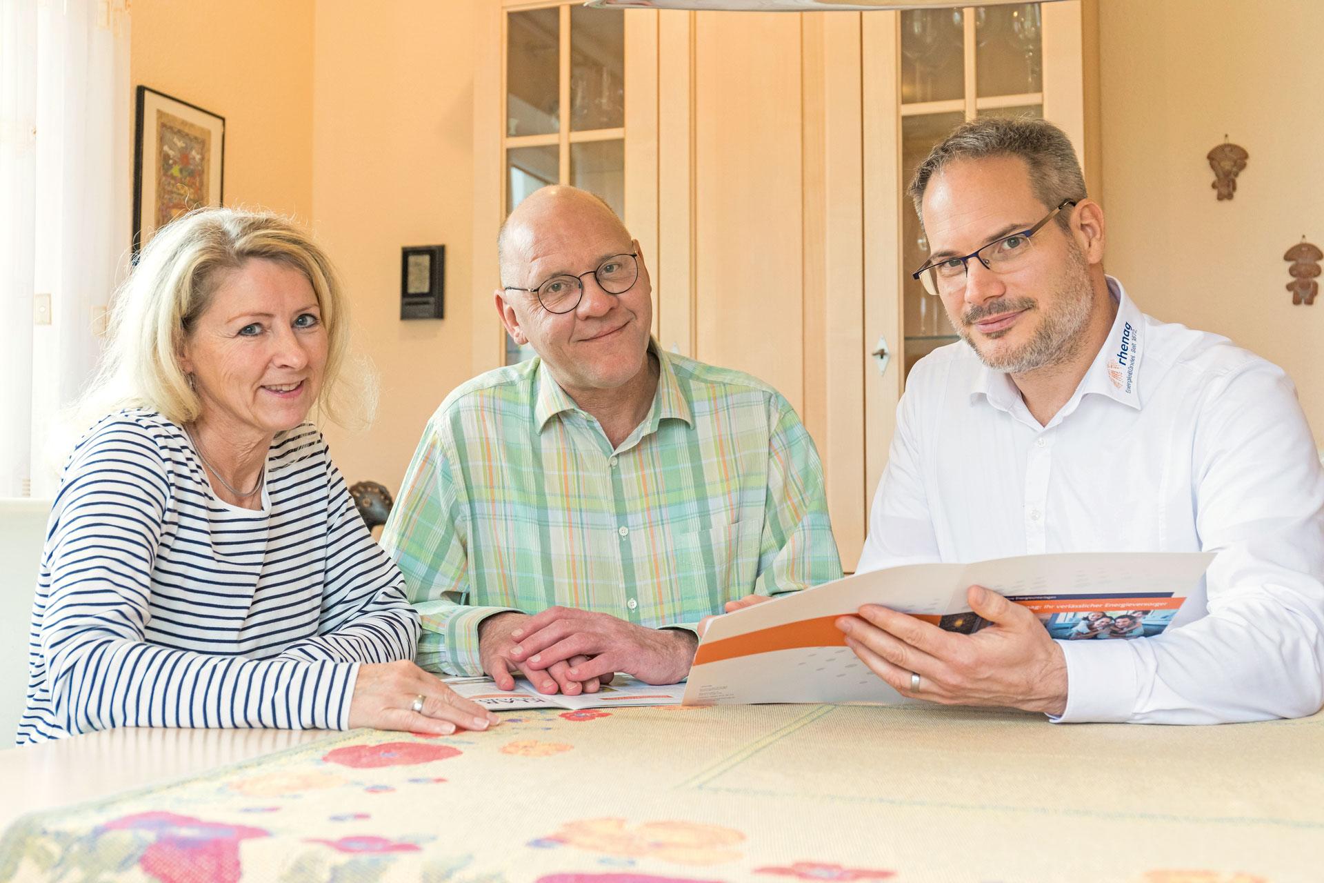 Monika und Bernhard Schissler loben die Beratung durch Jan Meiser (rechts) von der rhenag. Sehr zufrieden sind sie auch mit der Installation der Anlage auf dem Dach und des Speichers im Keller.